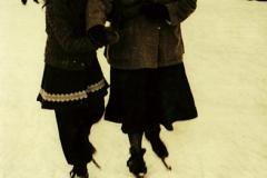 Nooitgedagt1950_Rinkje-en-Tjitske-van-der-heide-op-de-ijsbaan-1