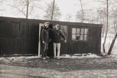 Nooitgedagt1983_oude-gebouw-bij-ijsbaan-met-enkele-bestuursleden-1